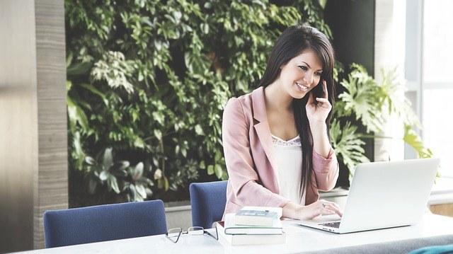 Cómo puede ayudar a tu marca una agencia de promotoras